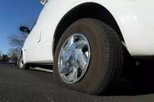 Xe ô tô bị xịt lốp phải làm như thế nào?